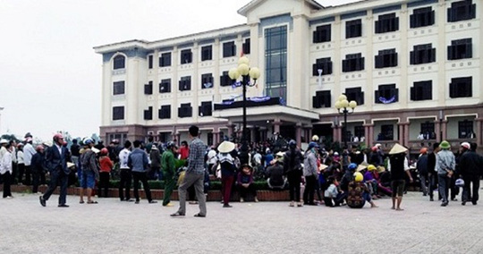 Nhiều người tập trung tại trụ sở UBND huyện Lộc Hà ngày 3-4 - Ảnh: Công an Hà Tĩnh