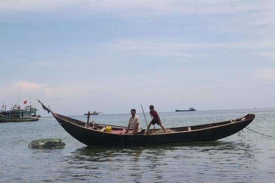 Do thiếu trang bị bảo hộ nên hiểm họa luôn rình rập ngư dân đánh bắt trên biển