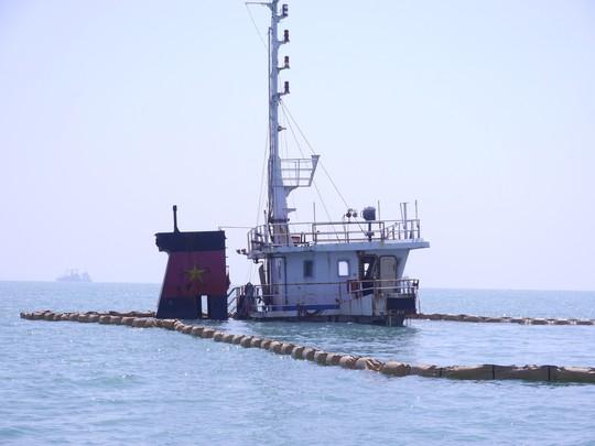 Khẩn trương trục vớt tàu chìm - Ảnh 1.