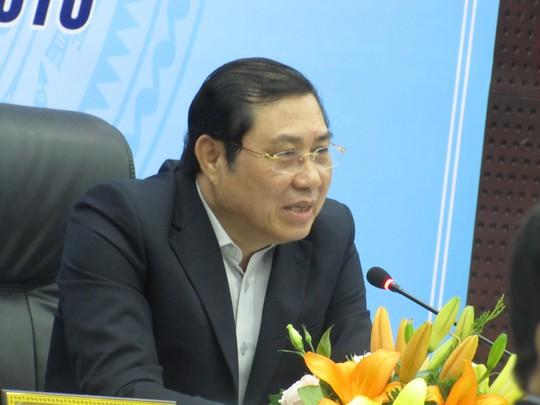 Ông Huỳnh Đức Thơ trong một lần họp báo