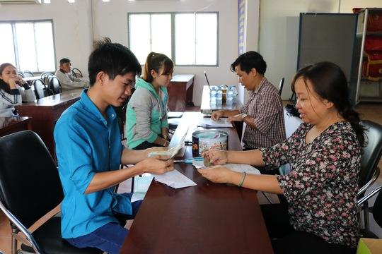 Công nhân Công ty Sae Hwa Vina nhận tiền lương tại LĐLĐ huyện Củ Chi, TP HCM sáng 23-3