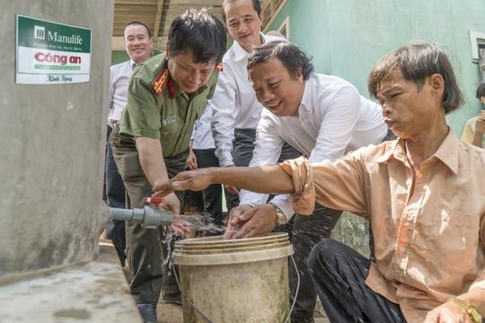 Bể chứa nước sạch được trao tặng cho người nghèo sáng 23-3