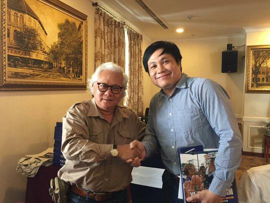 Tác giả Giản Thanh Sơn (bìa trái) tặng sách cho độc giả Ảnh: LÊ PHẠM SƠN HẢI