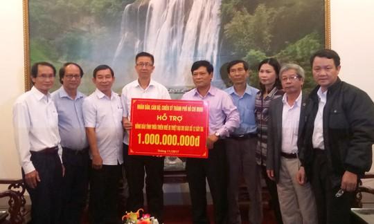 Đoàn công tác TP HCM hỗ trợ 3 tỉ đồng cho 3 tỉnh miền Trung - Ảnh 6.