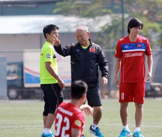 HLV Park Hang Seo méo mặt vì vắng trợ lý ngôn ngữ - Ảnh 1.
