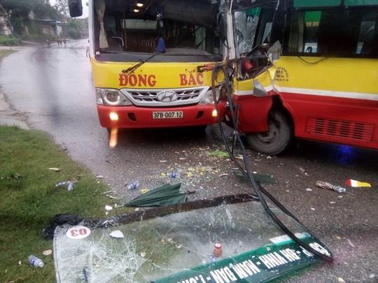 2 xe buýt cùng hãng tông nhau, tài xế mắc kẹt trong cabin - Ảnh 1.