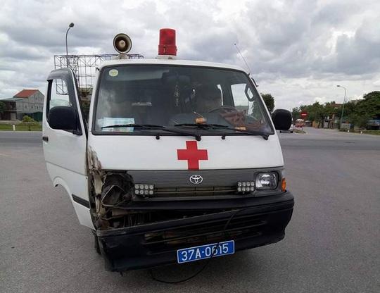 Va chạm giao thông, tài xế xe cứu thương cầm dao rượt chém người - Ảnh 1.
