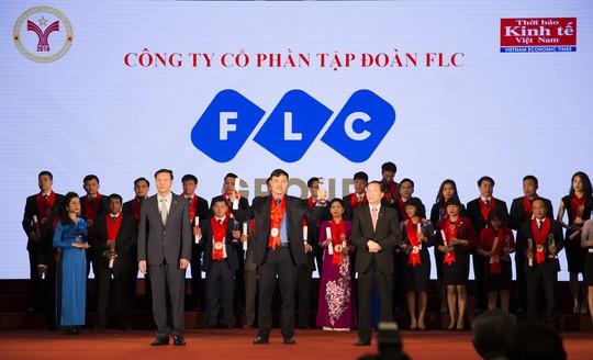 """Ông Đỗ Quang Lâm, đại diện Tập đoàn FLC, nhận danh hiệu """"Thương hiệu mạnh"""" năm 2016 từ Ban tổ chức"""