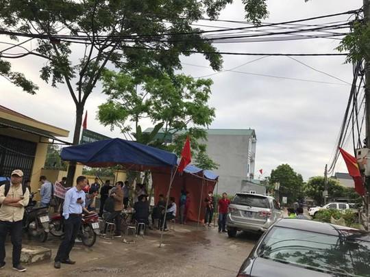 Những chiếc xe biển xanh tới trụ sở UBND xã Đồng Tâm vào sáng nay 22-4