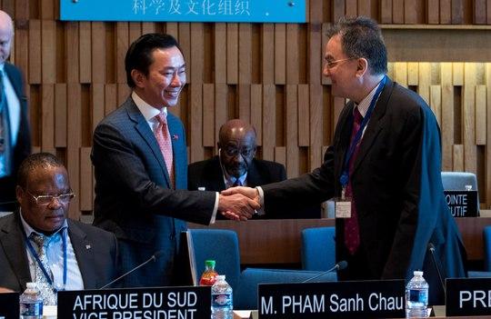 Đại sứ Phạm Sanh Châu bước vào vòng phỏng vấn với phong thái tự tin - Ảnh: Vụ Văn hóa đối ngoại và UNESCO, Bộ Ngoại giao