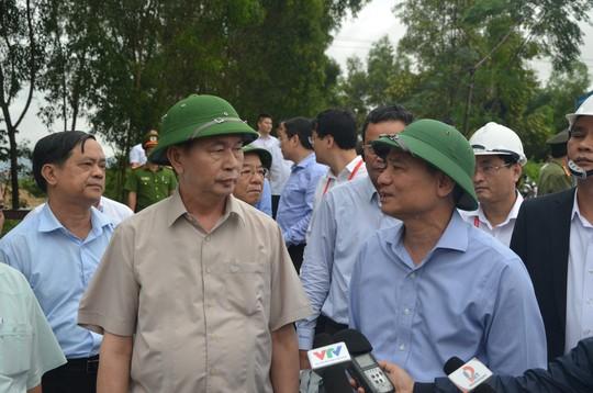 Chủ tịch nước và Thủ tướng vào tận vùng lũ thăm người dân - Ảnh 1.