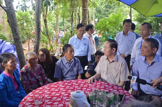 Chủ tịch nước và Thủ tướng vào tận vùng lũ thăm người dân - Ảnh 5.