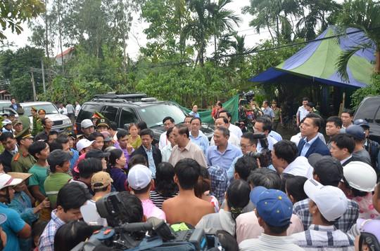 Chủ tịch nước và Thủ tướng vào tận vùng lũ thăm người dân - Ảnh 9.