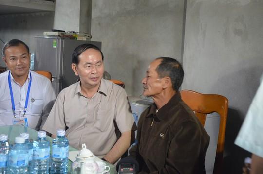 Chủ tịch nước và Thủ tướng vào tận vùng lũ thăm người dân - Ảnh 7.