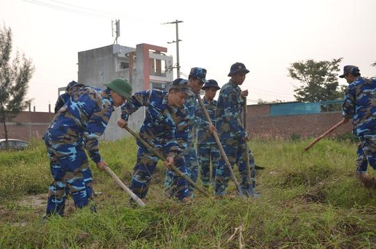 Chủ tịch Đà Nẵng cùng 3.000 người dân làm sạch môi trường đón APEC - Ảnh 8.