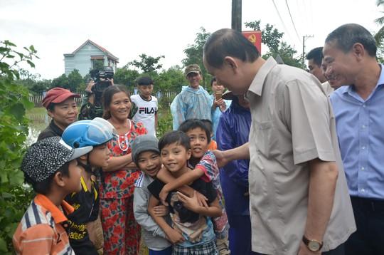 Chủ tịch nước và Thủ tướng vào tận vùng lũ thăm người dân - Ảnh 8.