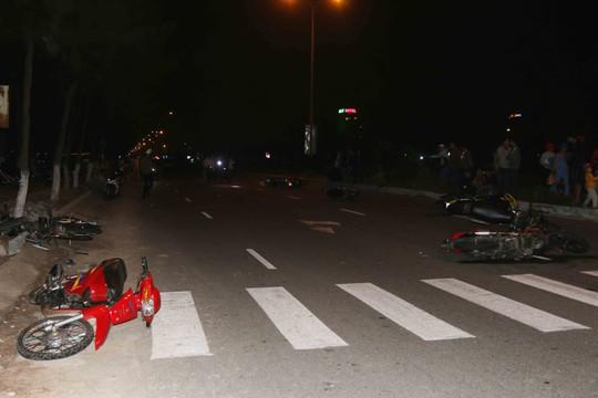 Hiện trường vụ 8 xe máy tông nhau trên đường Nguyễn Tất Thành, Đà Nẵng