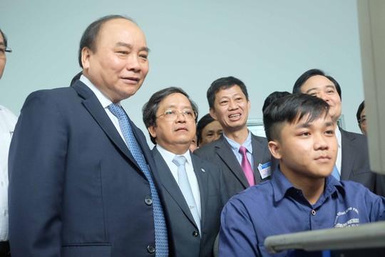 Thủ tướng Nguyễn Xuân Phúc thăm các sinh viên đang thực hành tại Khoa Cơ khí Trường ĐH Bách khoa - ĐH Đà Nẵng