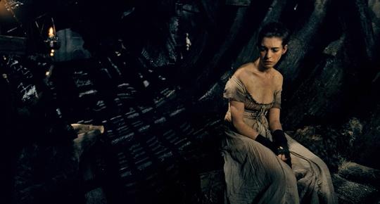 Anne ốm o trong phim Những người cùng khổ