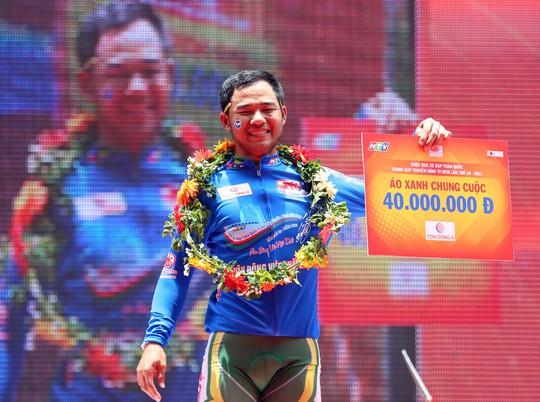 Lê Nguyệt Minh nhận chiếc áo xanh đầu tiên của mình tại Cúp truyền hình