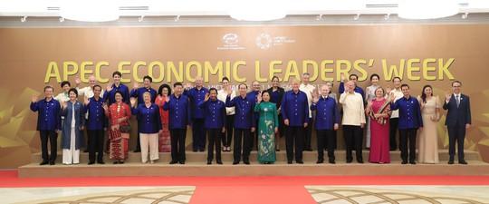Các nhà lãnh đạo APEC trong trang phục APEC 2017 tại lễ đón chính thức tối 10-11. Ảnh: TTXVN