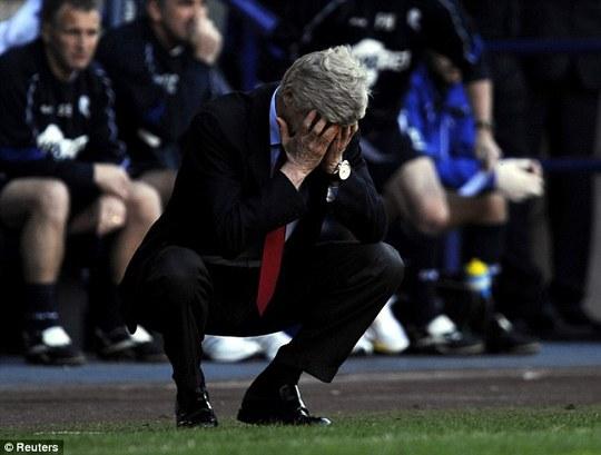 """Nữ Arsenal thắng 10-0, thầy trò Wenger bị """"ném đá"""" dữ dội"""