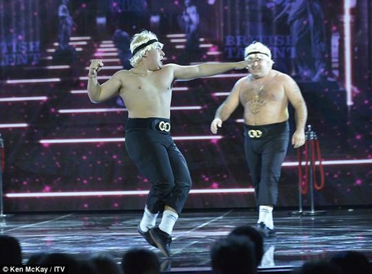 Vũ công Lagi Demetriou và cha mình tại sân khấu Tìm kiếm tài năng Anh