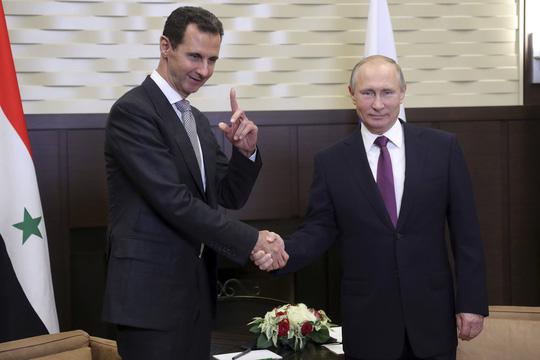 Ông Putin bắt tay Tổng thống Syria Assad tại Sochi hôm 21-11. Ảnh: Reuters