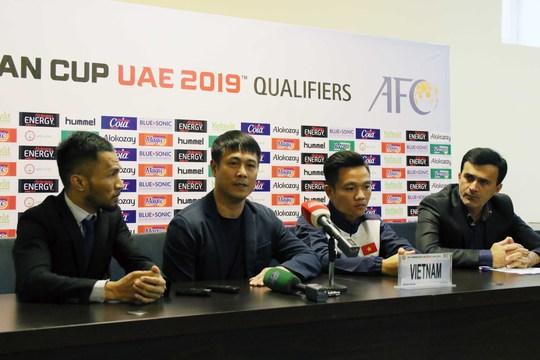 HLV Hữu Thắng và đội trưởng Đinh Thanh Trung trả lời trong buổi họp báo trước trận