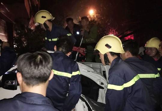 Hai người mắc kẹt trong xe, lực lượng cứu hộ cứu nạn phải mất gần 20 phút để phá cửa xe cứu người