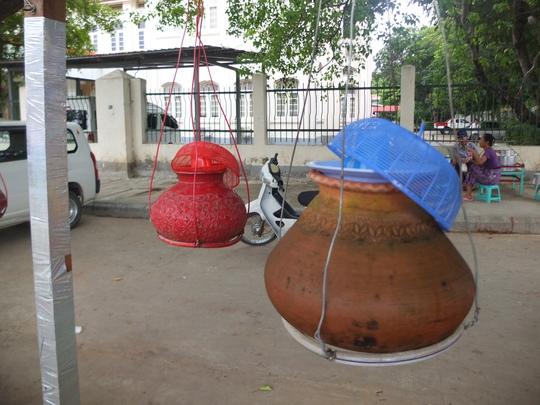 Độc đáo những bình nước uống miễn phí ở Myanmar - Ảnh 2.