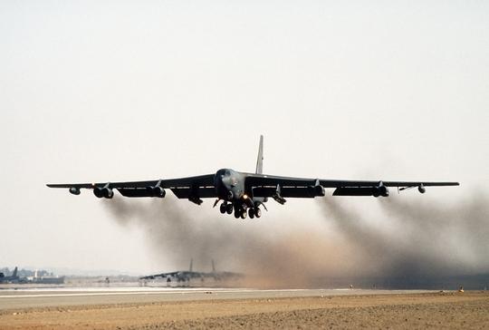 Mỹ bác tin đặt oanh tạc cơ hạt nhân trong tình trạng báo động - Ảnh 1.