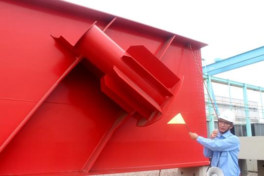 Kỹ sư giới thiệu một đoạn dầm kết cấu thép cầu Nhật Tân (Hà Nội) - cây cầu sử dụng kỹ thuật tiên tiến của Nhật Bản - được thực hiện tại nhà máy