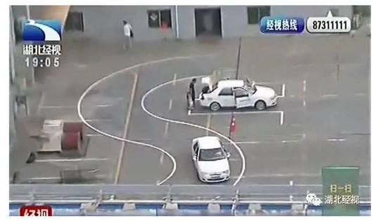 Đóng cửa trường dạy lái ô tô trên ban công - Ảnh 2.