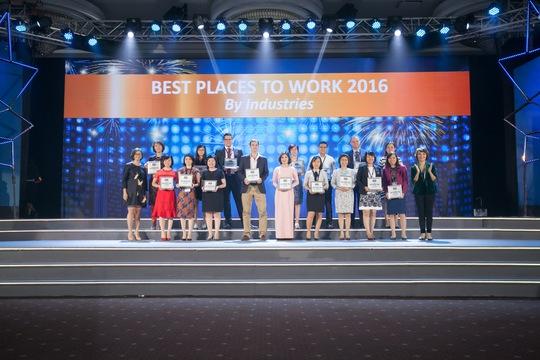 Đại diện các doanh nghiệp nhận giải thưởng tại lễ trao giải 100 nơi làm việc tốt nhất Việt Nam