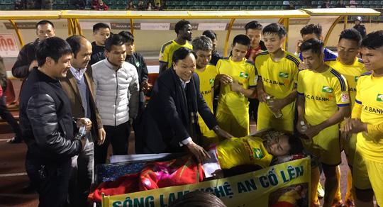 CĐV Nguyễn Bá Kỳ dù bị liệt nửa người nhưng luôn dành tình yêu cho CLB SLNA