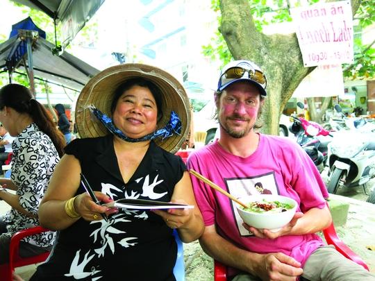 Bà Nguyễn Thị Thành ký tặng sách dạy nấu các món ăn cho khách đến ăn bún bò