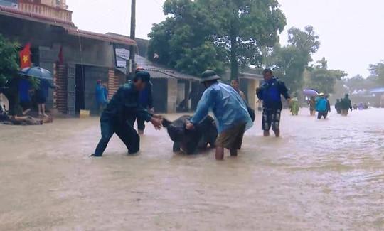 Cận cảnh Bắc Trung Bộ chìm trong mưa lũ - Ảnh 12.