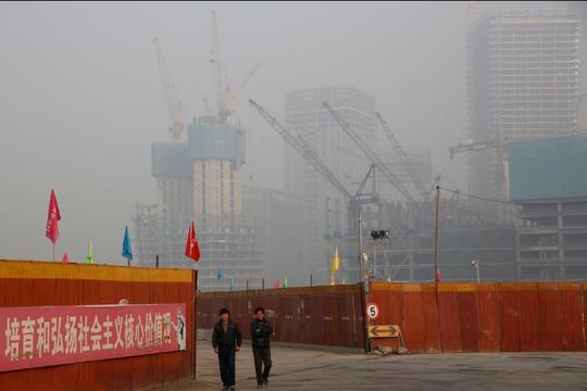 Một công trường ở Bắc Kinh ngày 31-12. Ảnh: Reuters