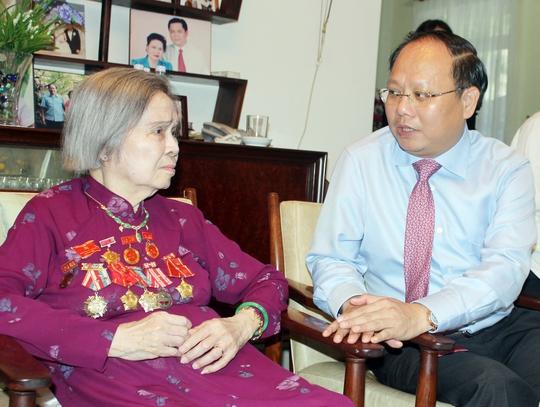 Phó Bí thư Thường trực Thành ủy TP HCM Tất Thành Cang thăm hỏi phu nhân cố Tổng Bí thư Lê Duẩn Ảnh: TRƯỜNG HOÀNG