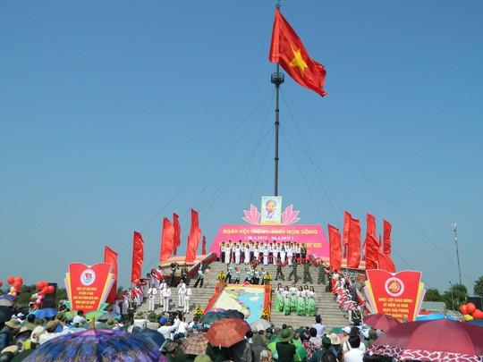 Lễ thượng cờ tại Khu Di tích lịch sử quốc gia đặc biệt Đôi bờ Hiền Lương - Bến Hải vào sáng 30-4Ảnh: HẢI PHONG