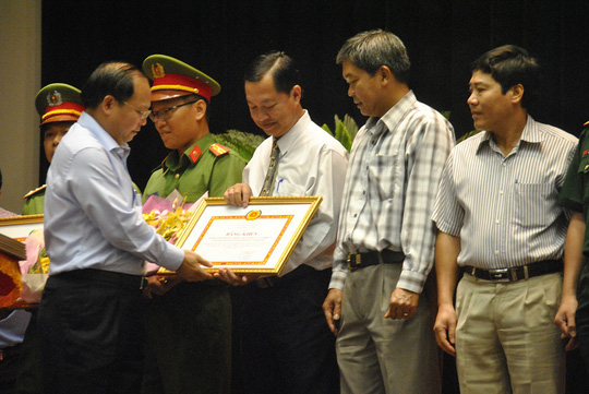 Phó Bí thư Thường trực Thành ủy TP HCM Tất Thành Cang trao bằng khen cho các chi bộ tiêu biểu