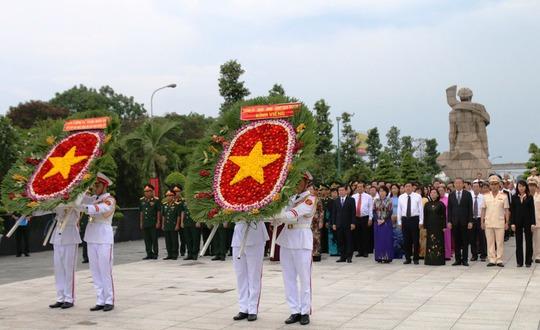Đoàn đại biểu Thành ủy - HĐND - UBND - Ủy ban MTTQ TP HCM dâng hoa viếng các anh hùng liệt sĩ tại Nghĩa trang Liệt sĩ TP