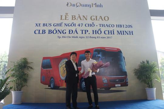 Công Vinh nhận bàn giao xe từ công ty ô tô Trường Hải