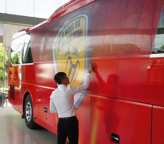 Công Vinh kiểm tra logo CLB TP HCM được thiết kế bắt mắt bên hông xe ô tô