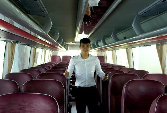 Chủ tịch CLB TP HCM bày tỏ sự hài lòng với nội thất của chiếc xe trị giá 3,5 tỉ đồng