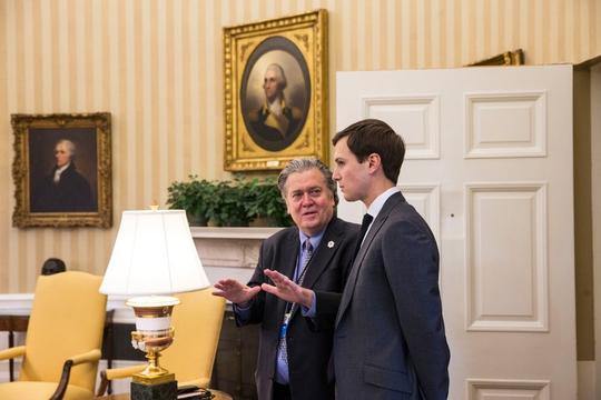 Dư luận nước Mỹ nói nhiều về sự chia rẽ giữa Steve Bannon (trái) và Jared Kushner Ảnh: THE NEW YORK TIMES