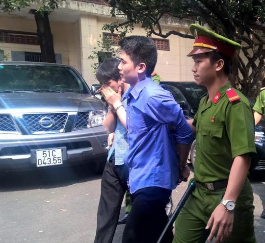 Huỳnh Thái Nguyên (áo xanh đậm) và Huỳnh Thái Bảo sau phiên sơ thẩm