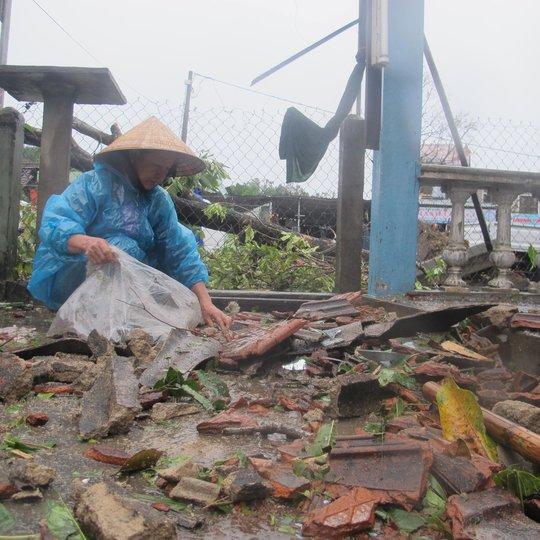 Bão số 10: Cuồng phong quét qua, nhà tốc mái, cây đổ la liệt - Ảnh 32.