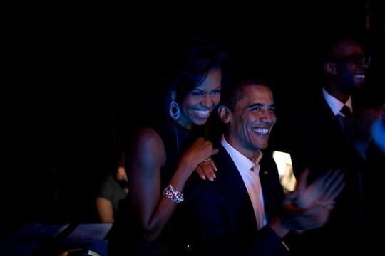 Hai vợ chồng thân mật tại đêm nhạc của ca sĩ Bruce Springsteen và Billy Joel năm 2008. Ảnh: Callie Shell—Aurora Photos